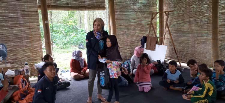 Walau diguyur hujan seharian Out Bond yang digelar Sahabat Pena dengan Anak Yatim Al Ashar berjalan penuh kekeluargaan. (fan)