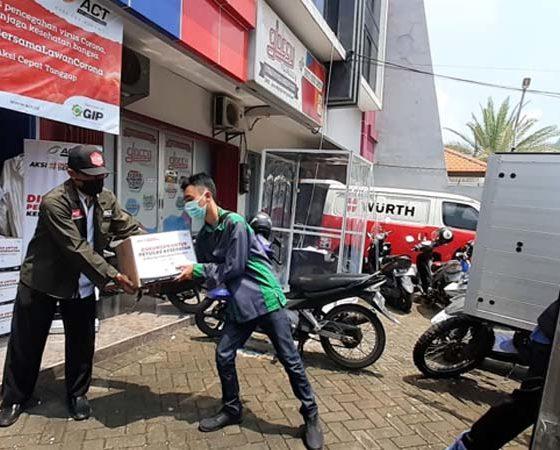 OPERASI PANGAN: Sejumlah personel ACT tengah mempersiapkan operasi pangan
