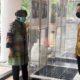 BILIK STERILISASI: Wali Kota Surabaya Tri Rismaharini mengamati bilik sterilisasi bantuan Ubaya