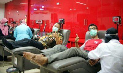 DONOR DARAH: Wawali Surabaya Whisnu Sakti (no.2 dari kanan) ikut donor darah